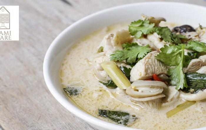 thaise kippensoep met koks en citroengras