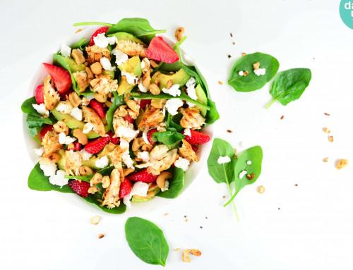 RECEPT: Spinaziesalade met aardbei, kip en avocado